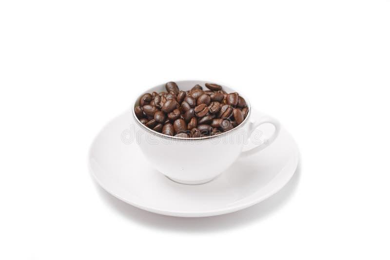 Kaffe kuper med bönor arkivbild