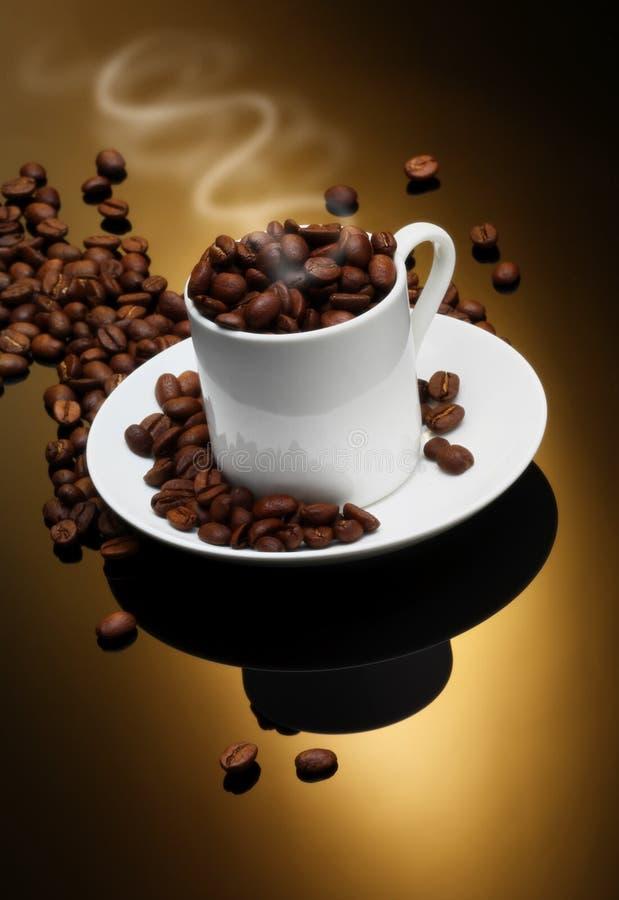 Kaffe kuper med kaffebönor fotografering för bildbyråer
