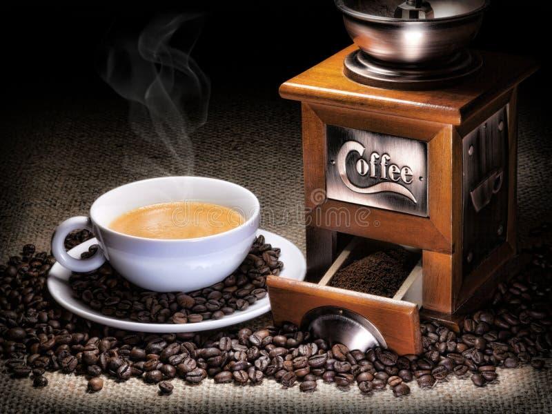 Kaffe kuper med kaffegrinderen fotografering för bildbyråer