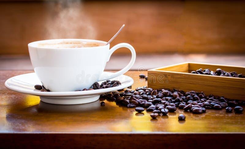 Kaffe kuper och kaffebönor royaltyfri fotografi