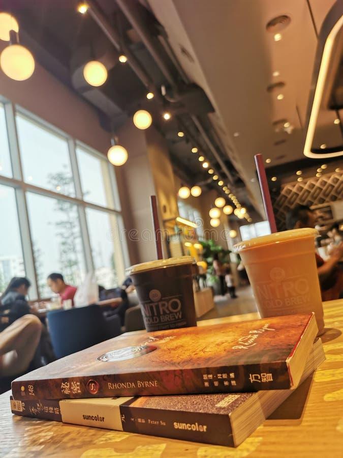 Kaffe med böcker royaltyfri bild