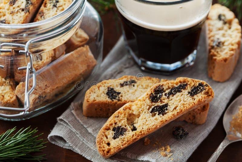 Kaffe med biscotti eller cantucci på trätappningtabellen, traditionellt italienskt kex arkivbild