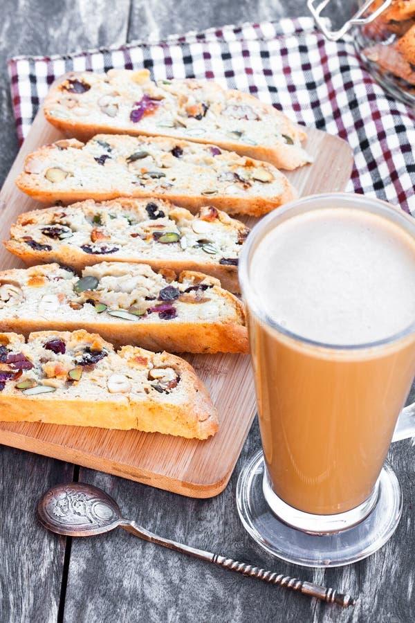 Kaffe med biscotti på trätappningtabellen arkivbild