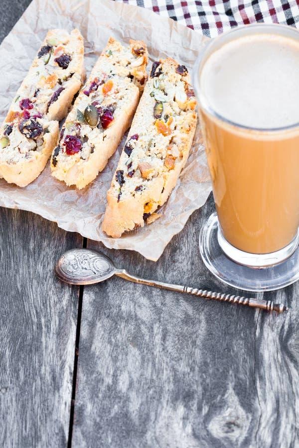 Kaffe med biscotti på trätappningtabellen royaltyfri foto