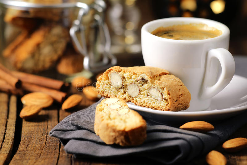 Kaffe med cantuccini royaltyfria bilder
