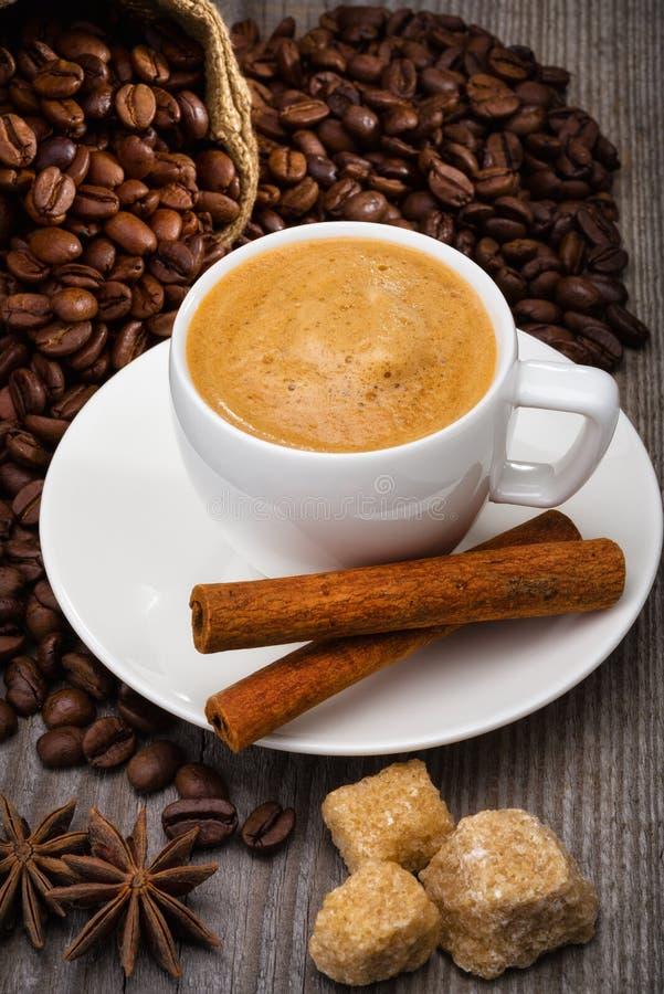 Kaffe med kanel på wood bakgrund royaltyfri foto