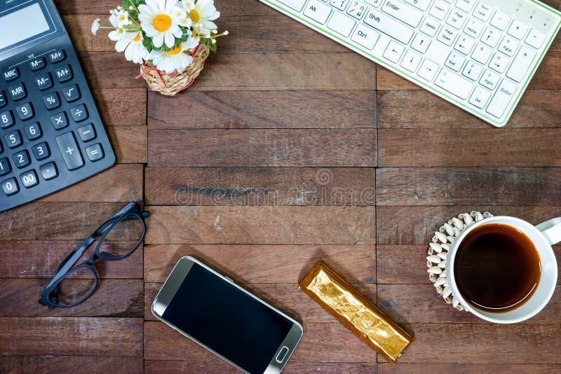 Kaffe med kontorsutrustning på skrivbordet, bästa sikt med kopieringsutrymme royaltyfri bild
