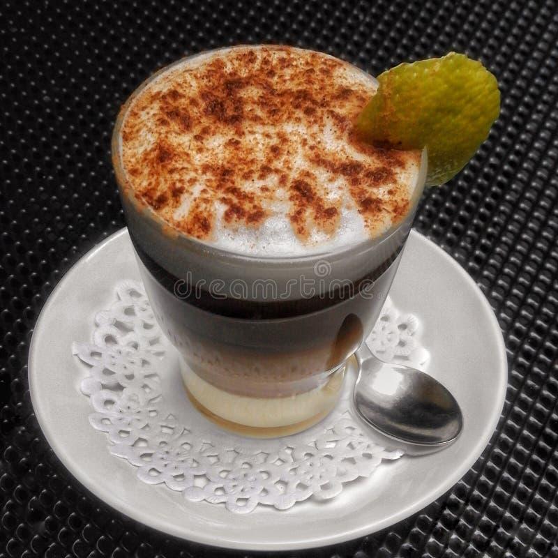 Kaffe med mjölkar och starksprit fotografering för bildbyråer