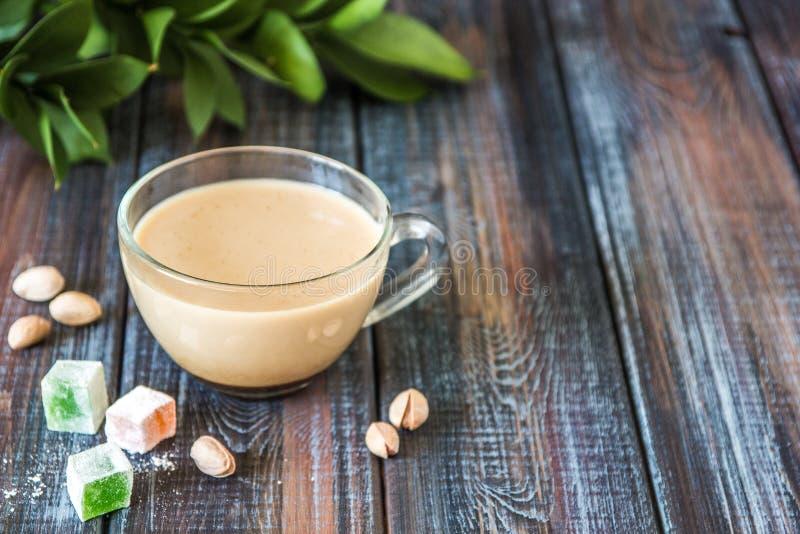 Kaffe med mjölkar, pistascher och turkisk fröjd, kopieringsutrymme royaltyfria foton