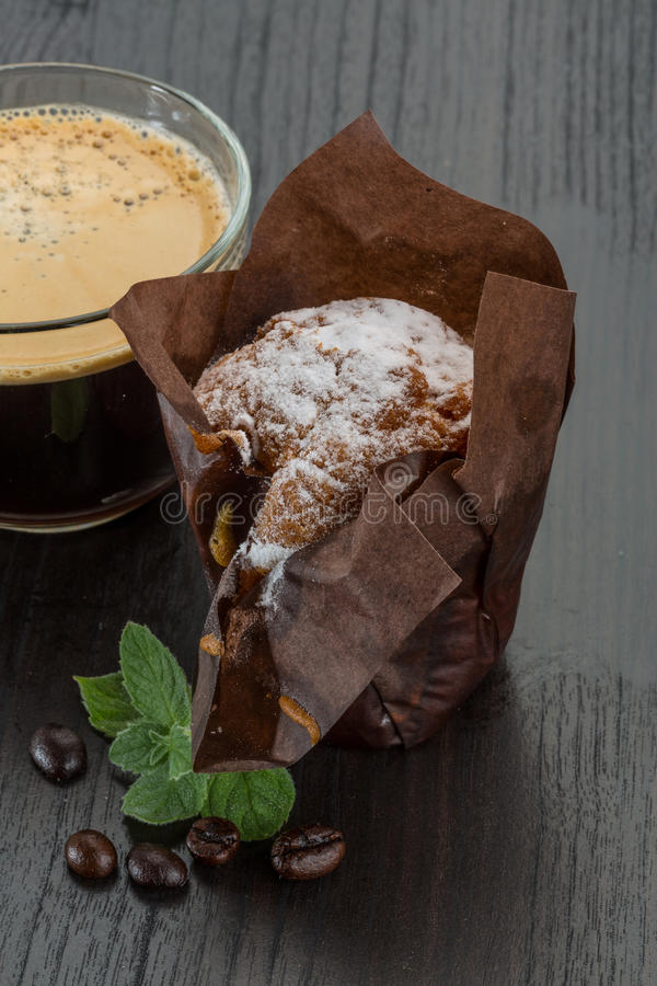 Kaffe med muffinen arkivbild