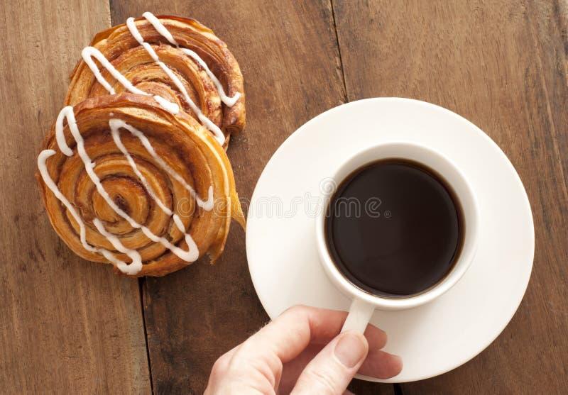 Kaffe med nya wienerbröd arkivbilder
