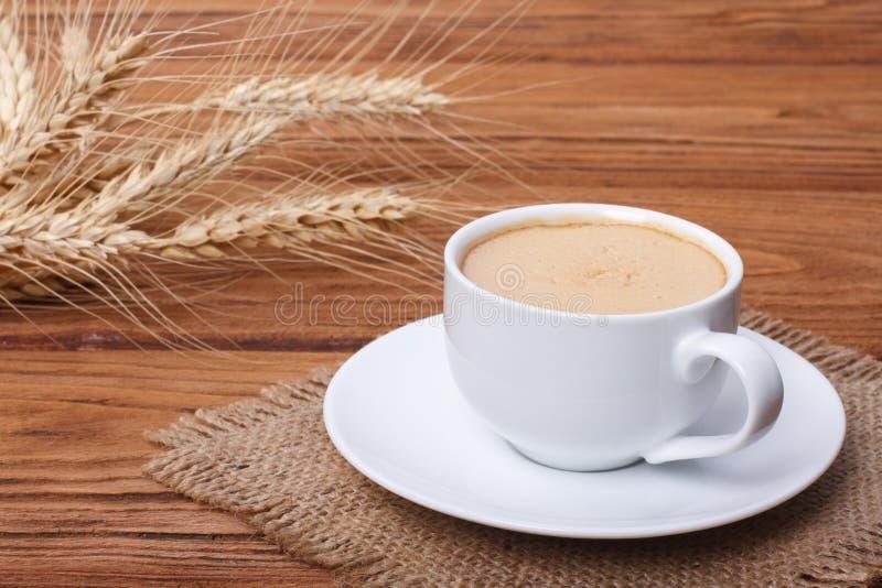 Kaffe med skum och öron av vete royaltyfri foto