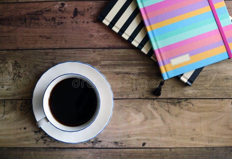 Kaffe och anteckningsböcker för lägenhet lekmanna- royaltyfria bilder