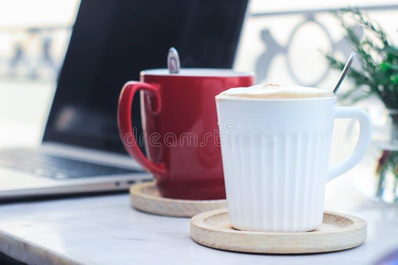 Kaffe och arbete arkivfoton
