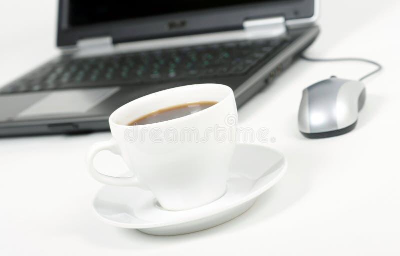 Kaffe och bärbar dator royaltyfria foton