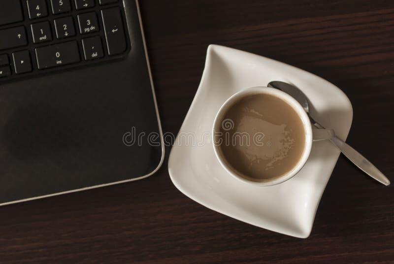 Kaffe och bärbar dator royaltyfri foto