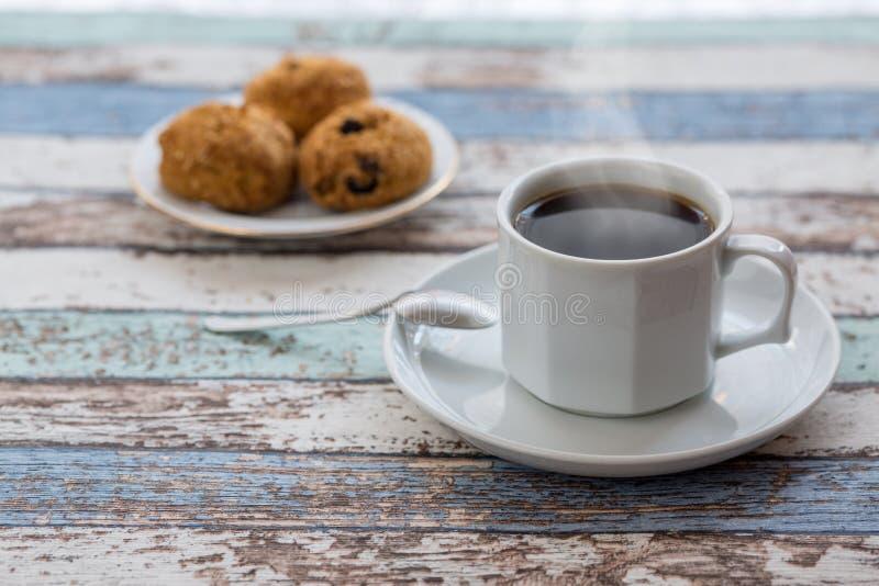 Kaffe och bakelser på tappningtabellen fotografering för bildbyråer