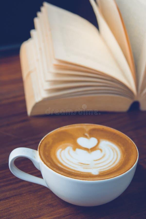 Kaffe och bok royaltyfria foton