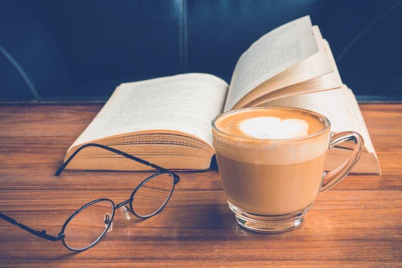Kaffe och bok fotografering för bildbyråer