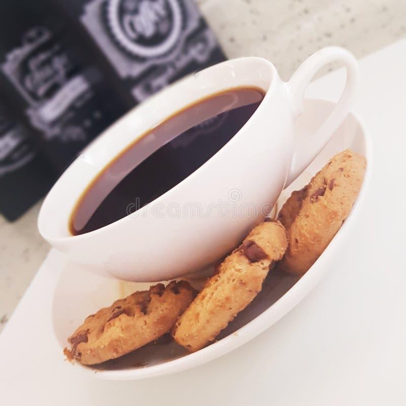 Kaffe- och chocolatechipkakor arkivbilder