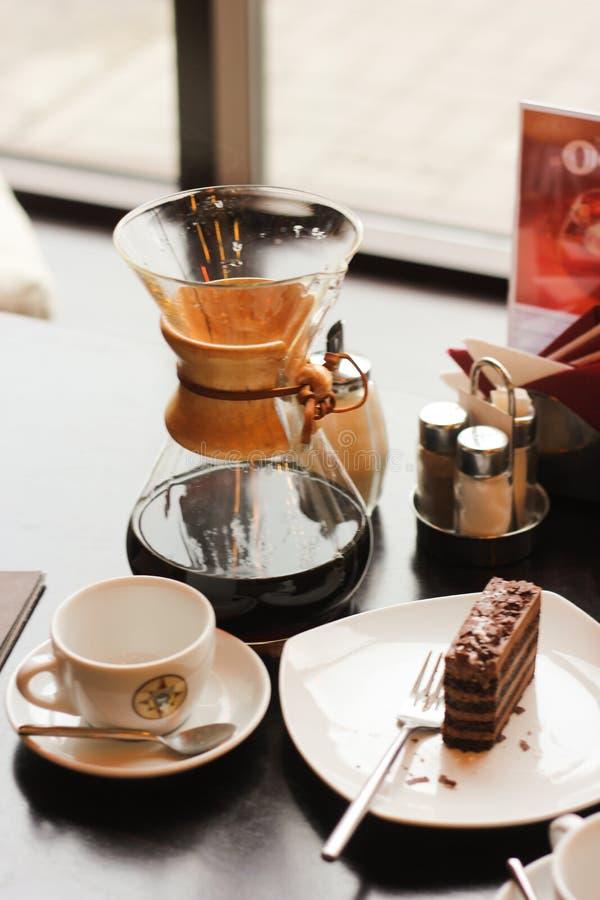 Kaffe- och chokladefterrätt på tabellen royaltyfri bild