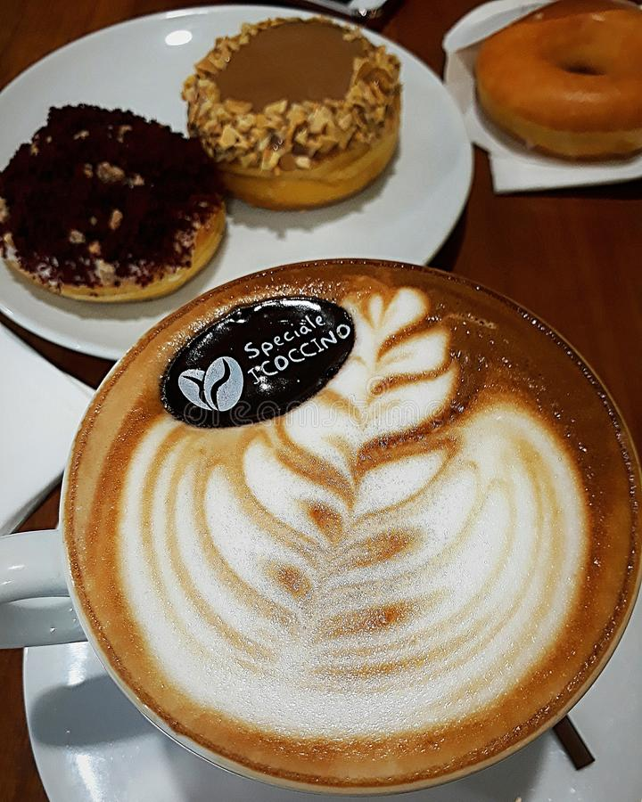 Kaffe och Donuts arkivbilder