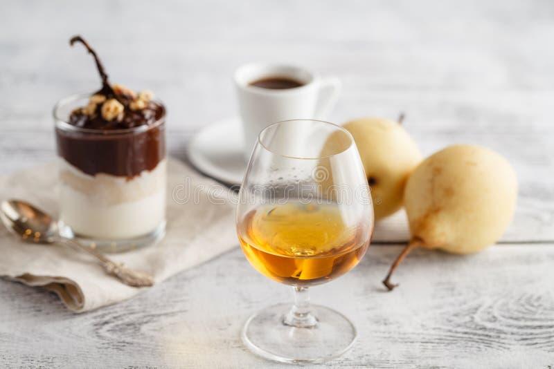 Kaffe och drink Kopp kaffe och Cognac Brandy Whiskey Aperit fotografering för bildbyråer