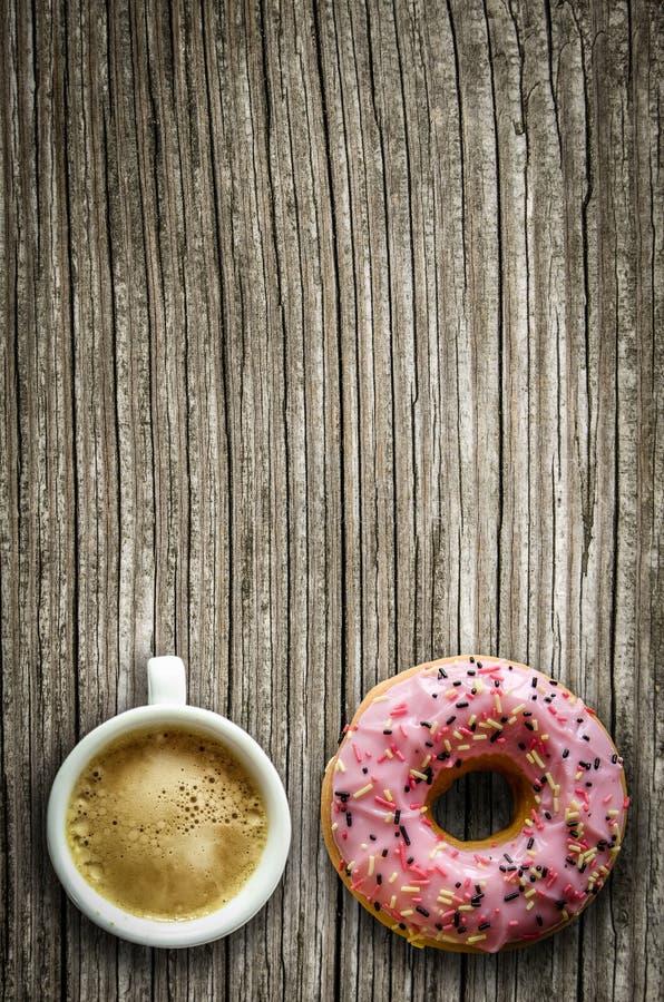 Kaffe och en munk arkivfoto