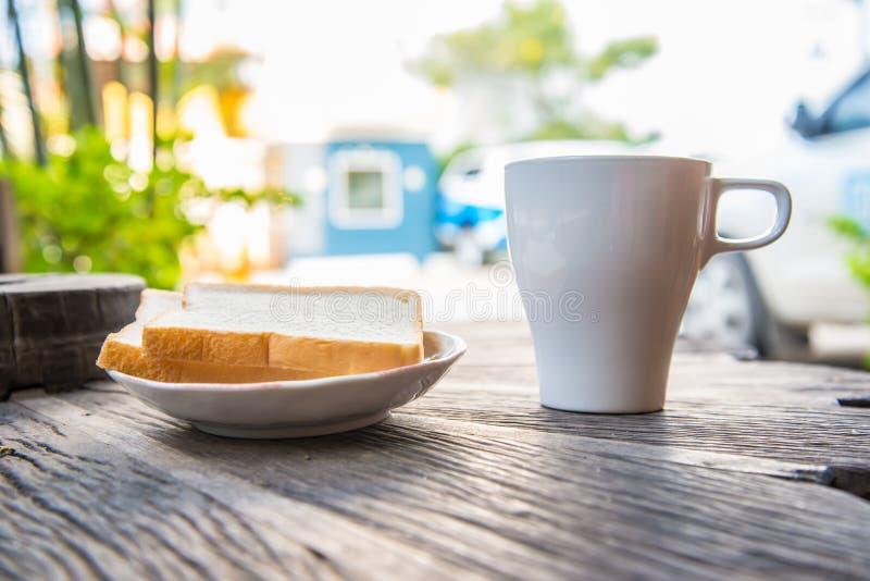 kaffe och en skiva av bröd royaltyfri fotografi