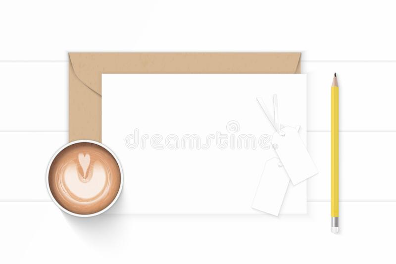 Kaffe och etiketter för blyertspenna för plant lekmanna- för sammansättningsbokstav för bästa sikt elegant vitt för kraft kuvert  royaltyfri foto