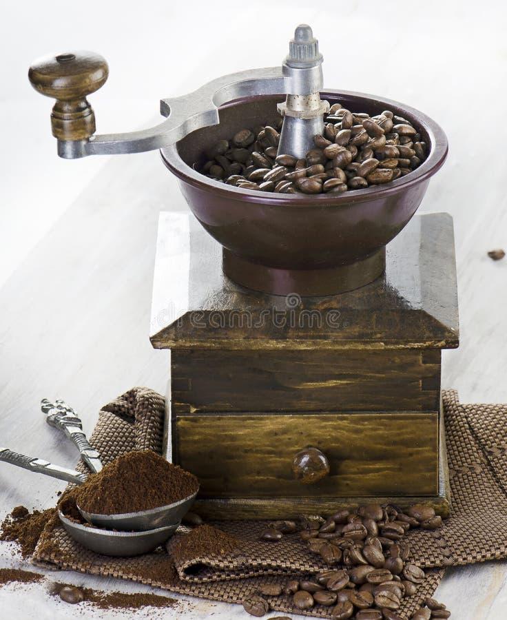 Kaffe och gammalmodig kaffekvarn arkivbild