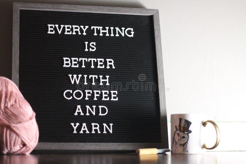 Kaffe och garn arkivfoto