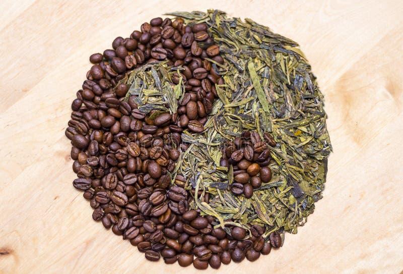 Kaffe och grönt te i det Yin yang symbolet Begrepp för stärkande drycker royaltyfria foton