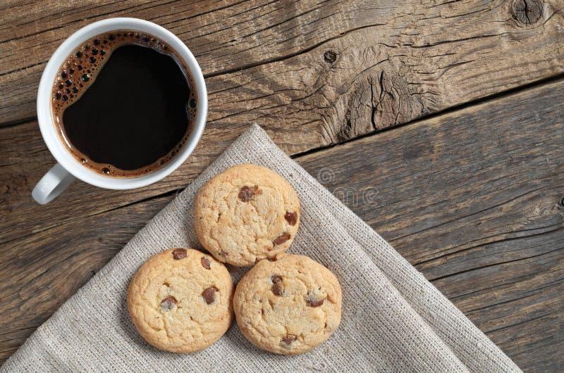 Kaffe och kex med choklad royaltyfri bild