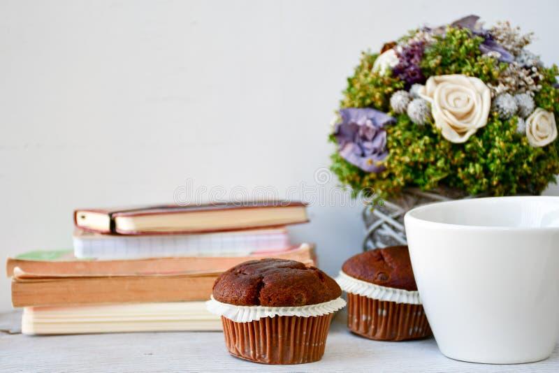 Kaffe och muffin arkivfoton