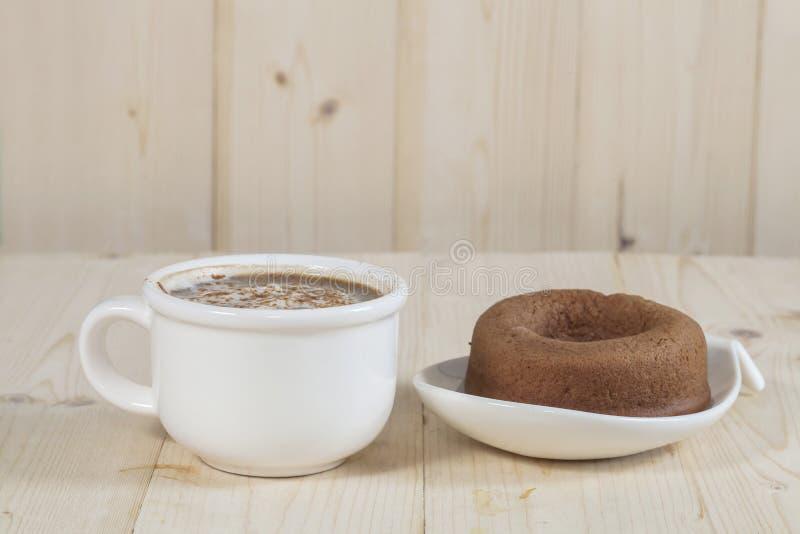 kaffe- och munkkaka royaltyfri fotografi