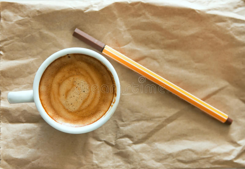 Kaffe och penna arkivbild