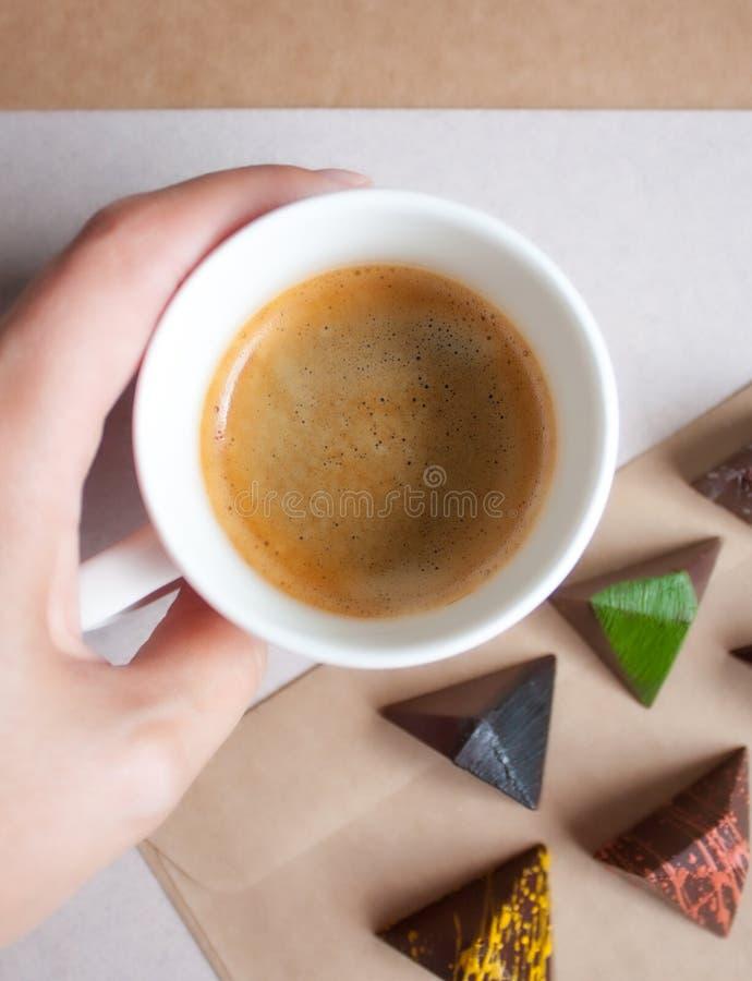 Kaffe och pralines royaltyfri foto