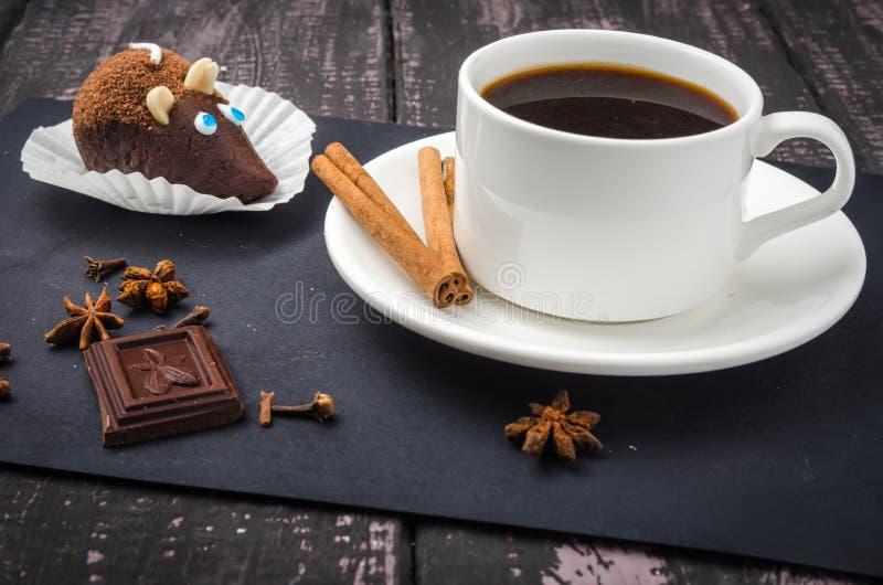 Kaffe och sötsaker på en trätabell arkivfoton