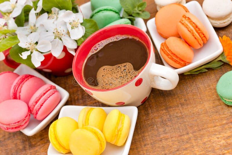 Kaffe och smaklig fest (makron - macaron) arkivbilder