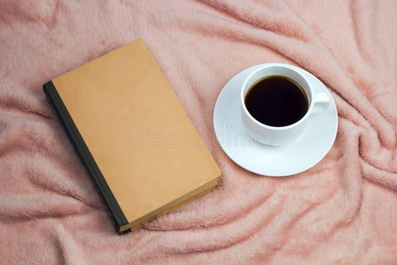 Kaffe och tappningbok arkivbild