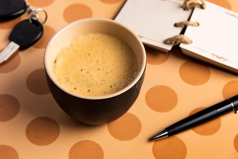 Kaffe och tillbehör på en bästa sikt för tabell arkivbilder