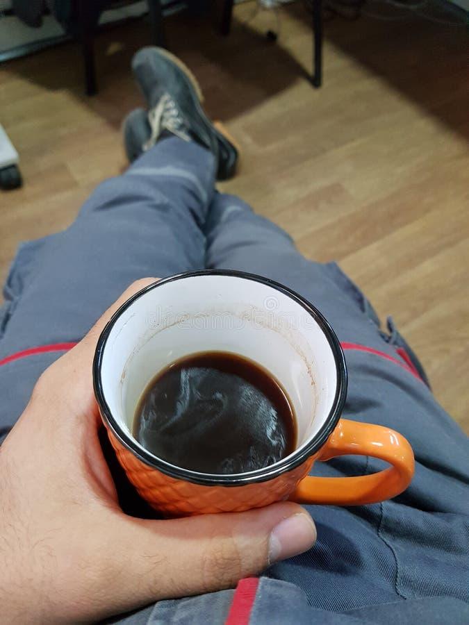 Kaffe på arbete royaltyfria bilder