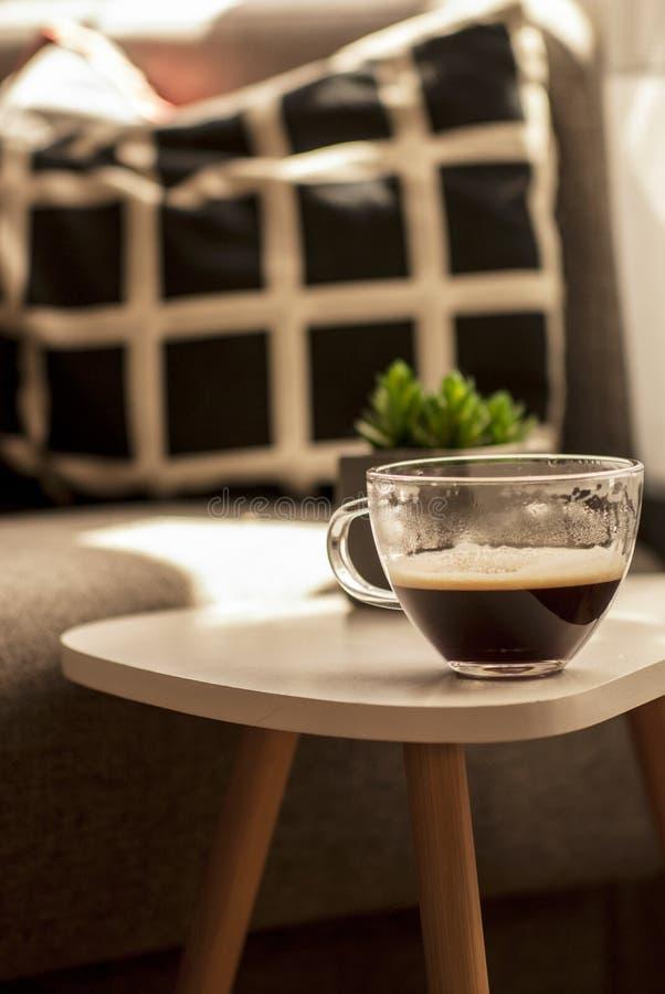 Kaffe på ett kaffebord royaltyfria foton