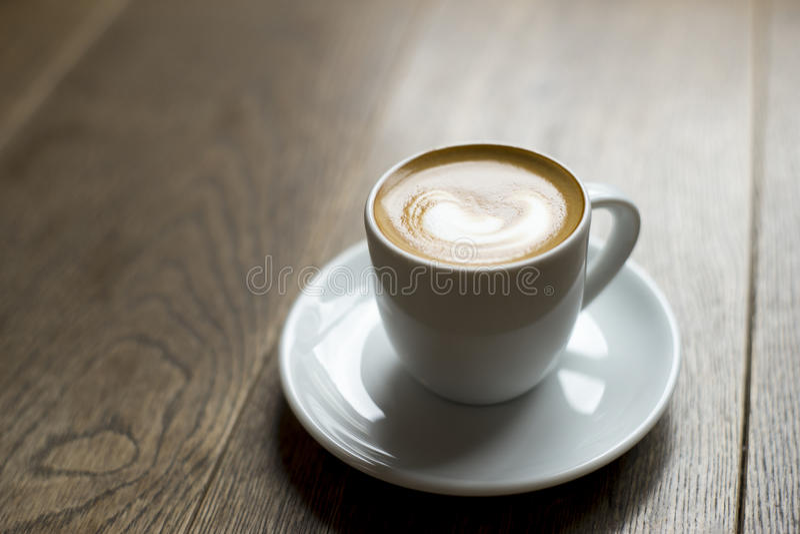 Kaffe på tabell 1 royaltyfria bilder