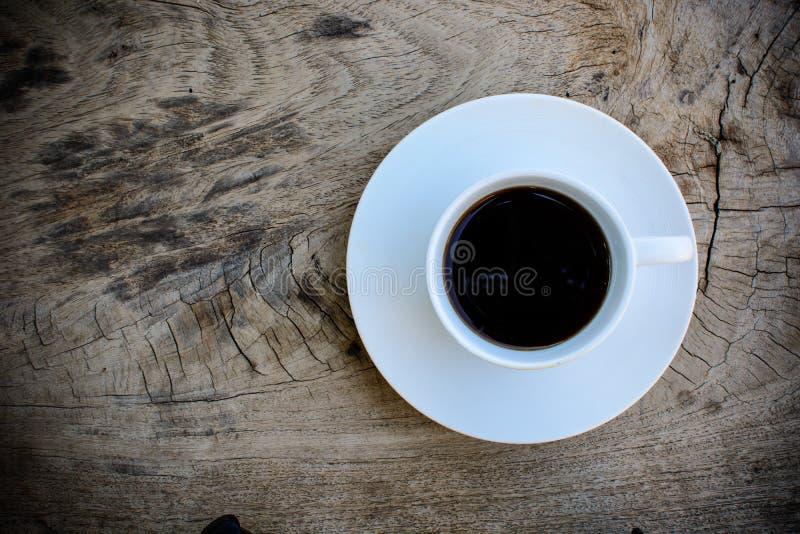 Kaffe på trä bordlägger arkivfoton