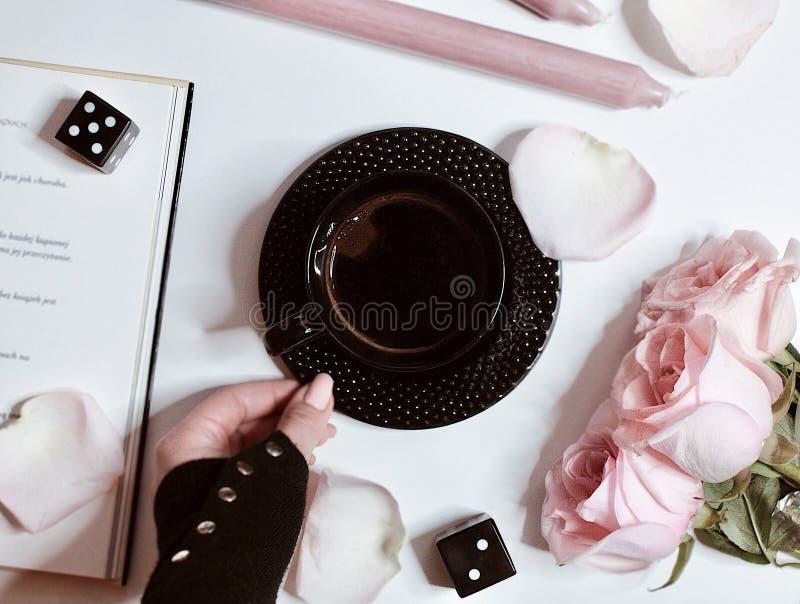 Kaffe, pastellfärgade färger och rosor arkivbilder