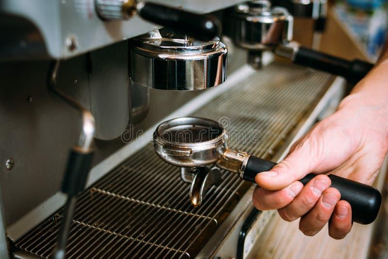 Kaffe som bryggar den varma nya drinken för processbarista arkivfoton
