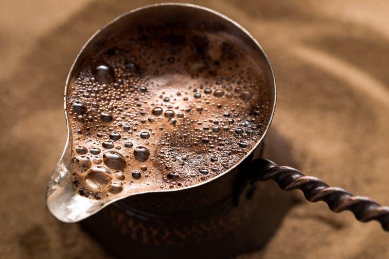 Kaffe som bryggar i turkisk kruka arkivfoto