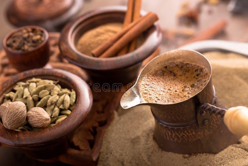 Kaffe som bryggar på varm sand fotografering för bildbyråer